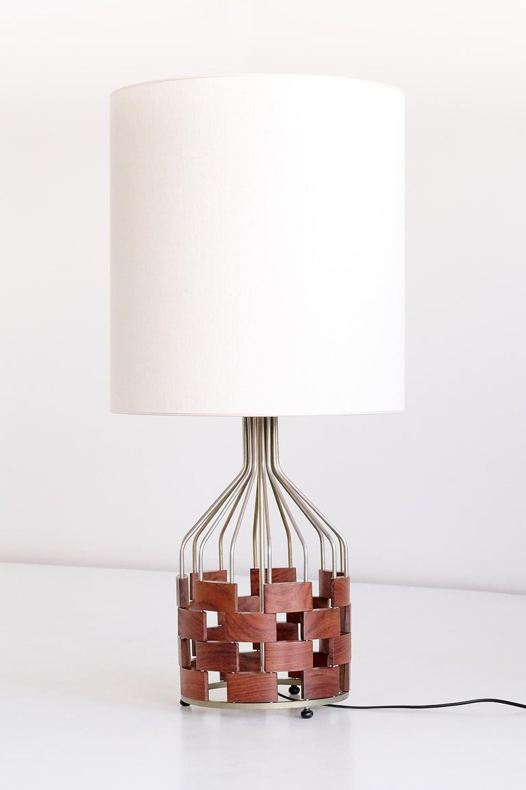 This generously sized table lamp was designed by Maurizio Tempestini and manufactured by the Florentine Casey Fantin company in 1961. The wire frame of this rare model is made of nickel plated brass. The rectangular wooden components display a