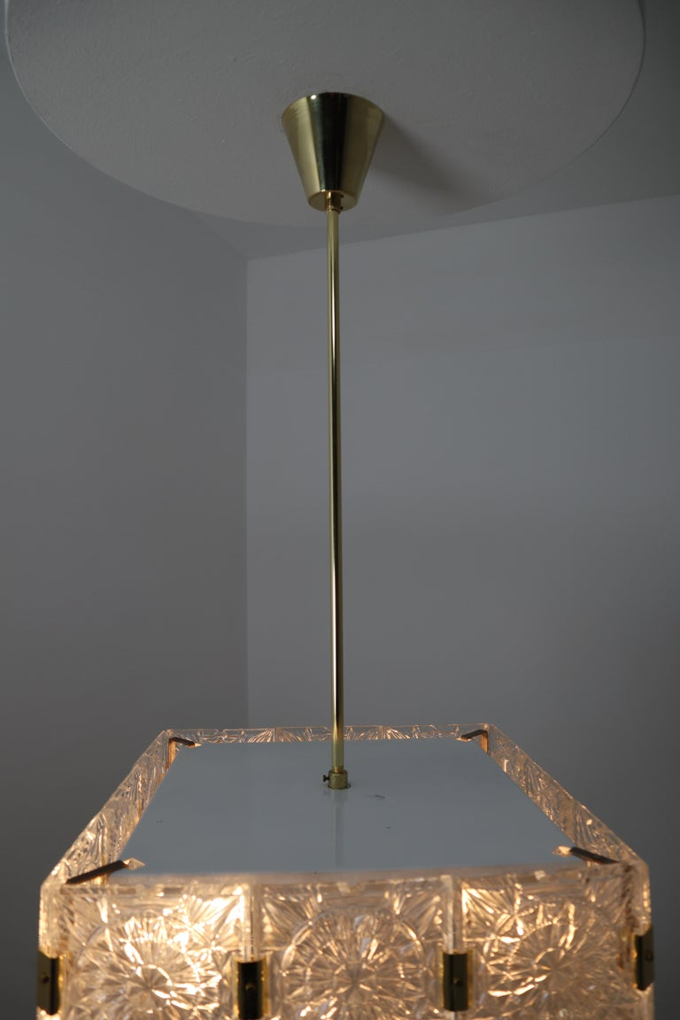 Large Midcentury Brass Chandelier with 36 Geometric Cut Crystal Glass, 1960 For Sale 4