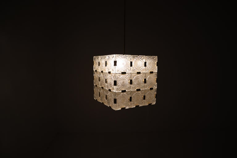 Large Midcentury Brass Chandelier with 36 Geometric Cut Crystal Glass, 1960 For Sale 5