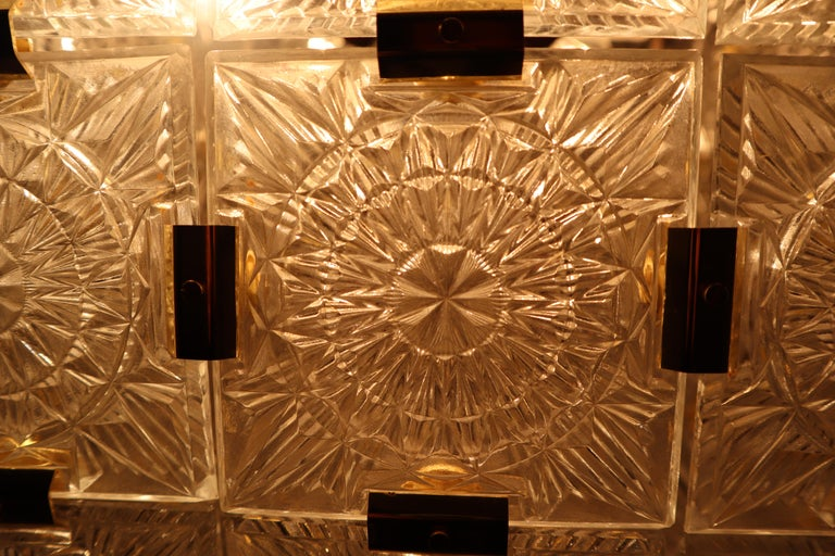 Large Midcentury Brass Chandelier with 36 Geometric Cut Crystal Glass, 1960 For Sale 6