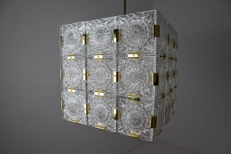 Large Midcentury Brass Chandelier with 36 Geometric Cut Crystal Glass, 1960 For Sale 7