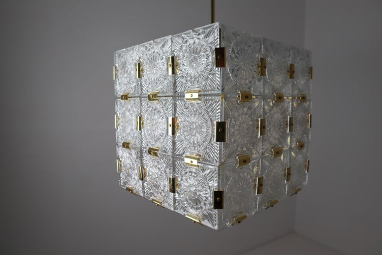 Large Midcentury Brass Chandelier with 36 Geometric Cut Crystal Glass, 1960 For Sale 9