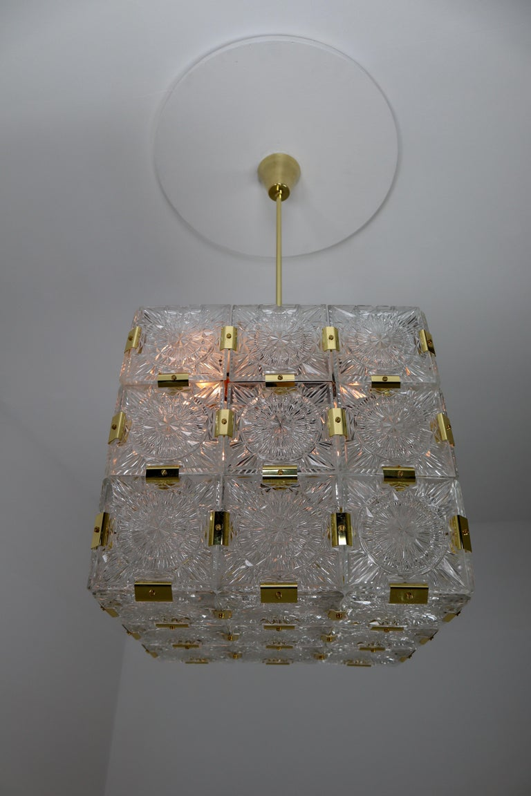 European Large Midcentury Brass Chandelier with 36 Geometric Cut Crystal Glass, 1960 For Sale