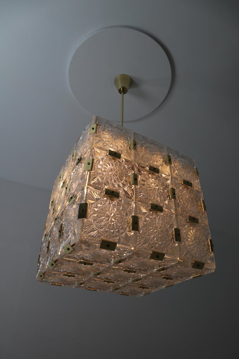 Large Midcentury Brass Chandelier with 36 Geometric Cut Crystal Glass, 1960 For Sale 1