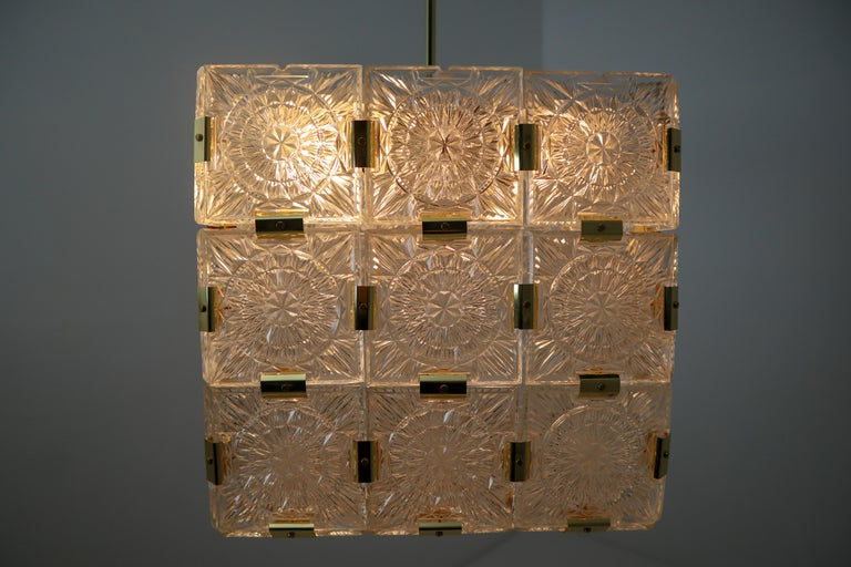 Large Midcentury Brass Chandelier with 36 Geometric Cut Crystal Glass, 1960 For Sale 2