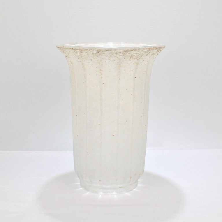 Large Mid-Century Modern Archimede Seguso White Scavo Italian Art Glass Vase In Good Condition For Sale In Philadelphia, PA
