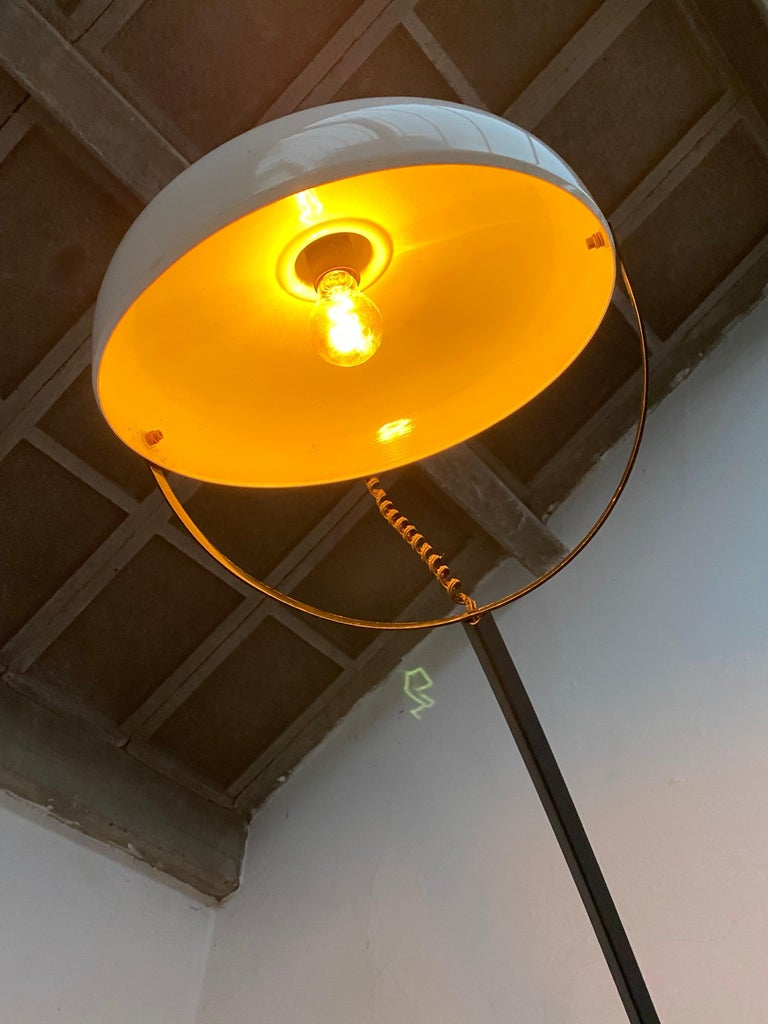 Rare impressive model of a Minimalist cantilevered wall lamp by Italian lighting company Reggiani from the early 1960s.