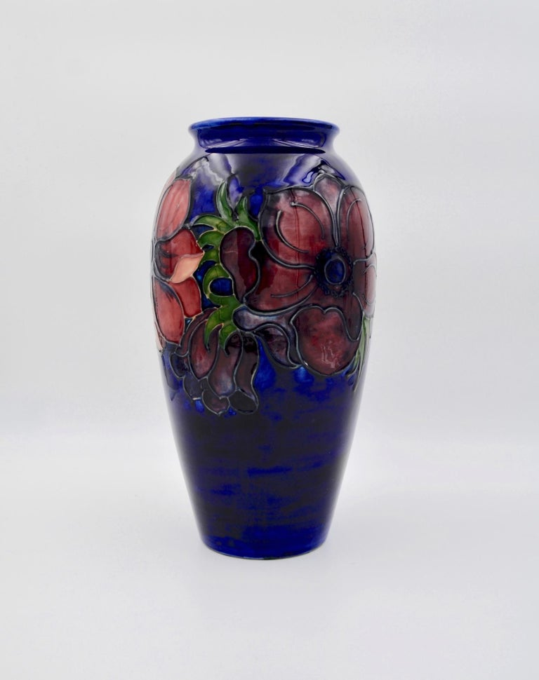 Large Moorcroft Art Pottery Vase in the Anemone Pattern, Made in England In Good Condition For Sale In Los Angeles, CA
