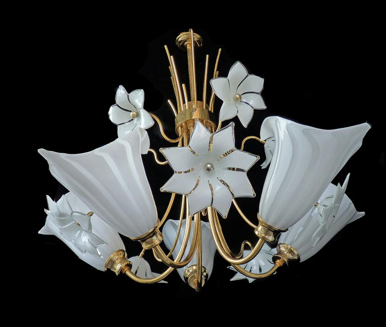Awesome 1970s vintage Italian Murano Lily Calla art glass shades gilt chandelier. Franco Luce Seguso chandelier with hand blown Murano glass shades, white and clear glass and gold-plated brass. Measures: Diameter 28.5 in/ 72 cm Height 39.4 in/ 100