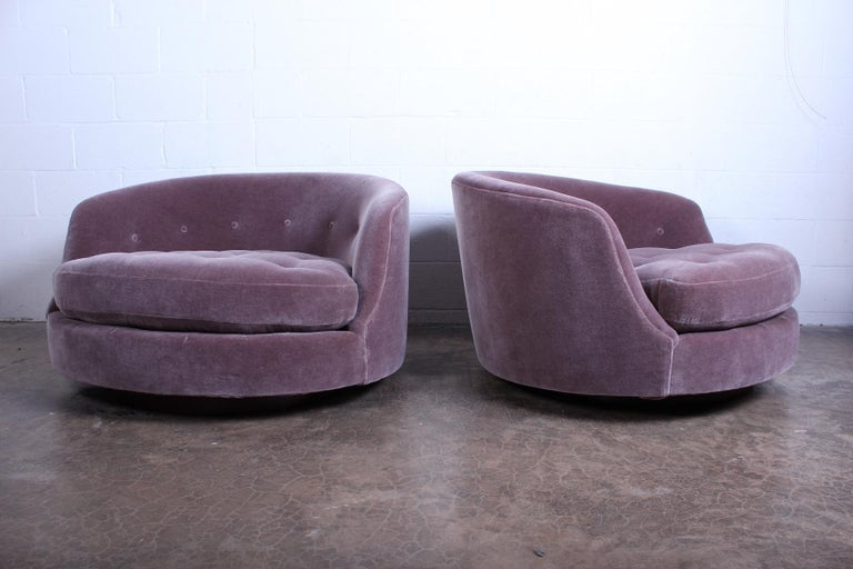 Large Pair of Swivel Chairs Designed by Milo Baughman In Good Condition For Sale In Dallas, TX