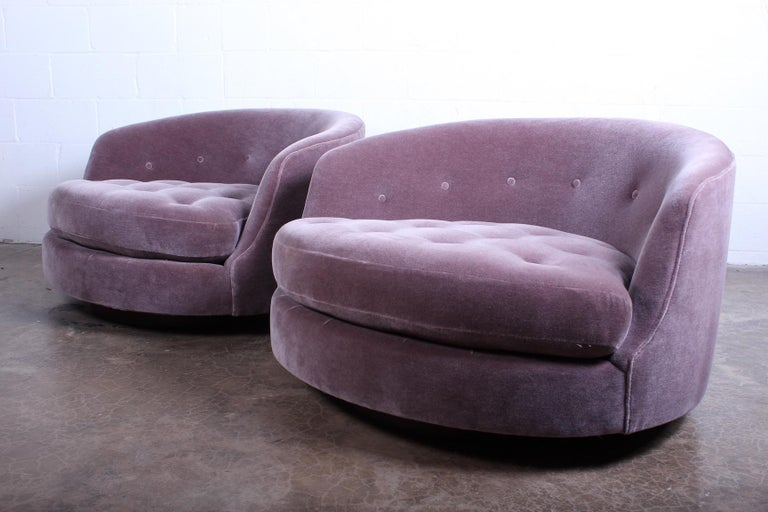 Large Pair of Swivel Chairs Designed by Milo Baughman For Sale 3