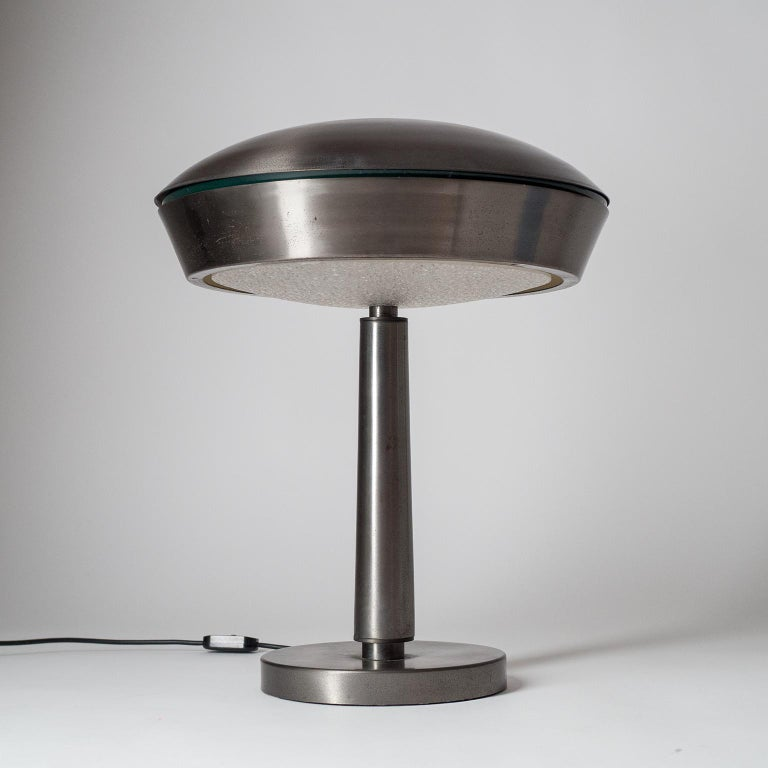 Large patinated brass or bronze desk or table lamp attributed to Fontana Arte, circa 1960 (very similar to mod. 2278). Dark patinated brass with a silvery sheen and textured acrylic diffuser. Three E14 sockets.