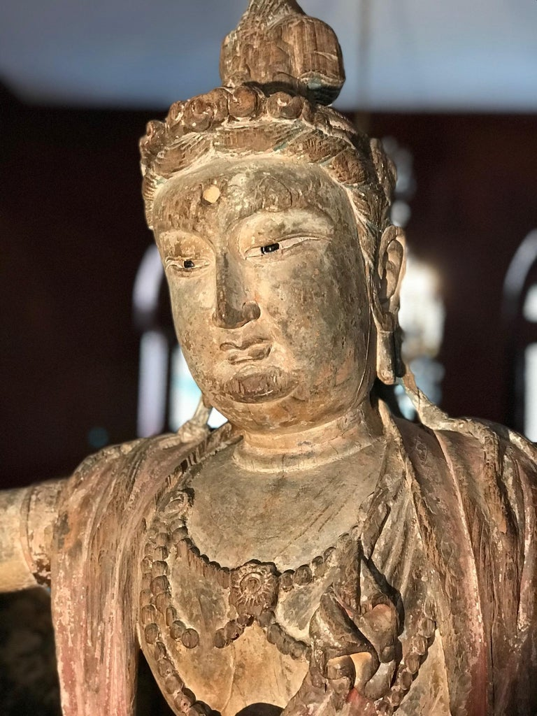 Polychrome Wood Figure of Guanyin Qing Dynasty China 19th Century In Good Condition For Sale In Bordeaux, FR