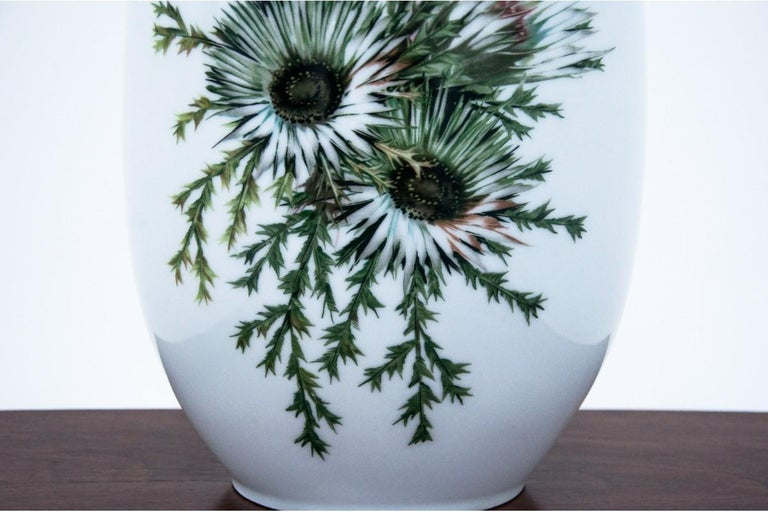 Large porcelain vase, Germany, Thomas mark. Very good condition. No damage.  The plant is Carlina acaulis Dimensions: height 43 cm / width 22 cm / depth. 16 cm.