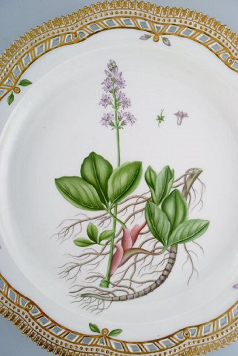 Large round Royal Copenhagen Flora Danica serving dish in hand-painted porcelain with flowers and gold decoration. Model number 20/3529.  Dated 1963. Measure: Diameter: 36 cm. In excellent condition. 1st factory quality. Stamped.