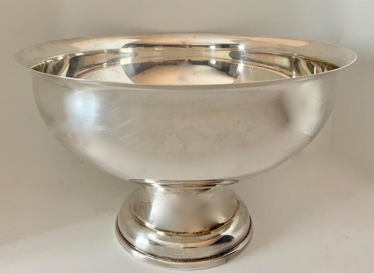 Silver bowl in superb condition. This handsome piece is ready to do everything from display your prized garden roses to celebrate with your homemade spiced punch... or damn, it's so beautiful, like Gisele it can just sit there and be a ravenous