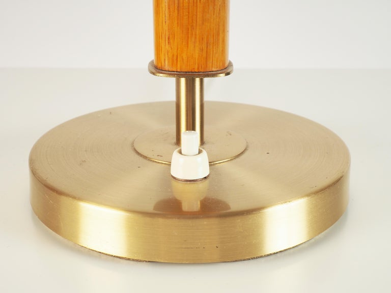 Heavy and large high quality table lamp produced by Boréns, Sweden. Elm and brass.