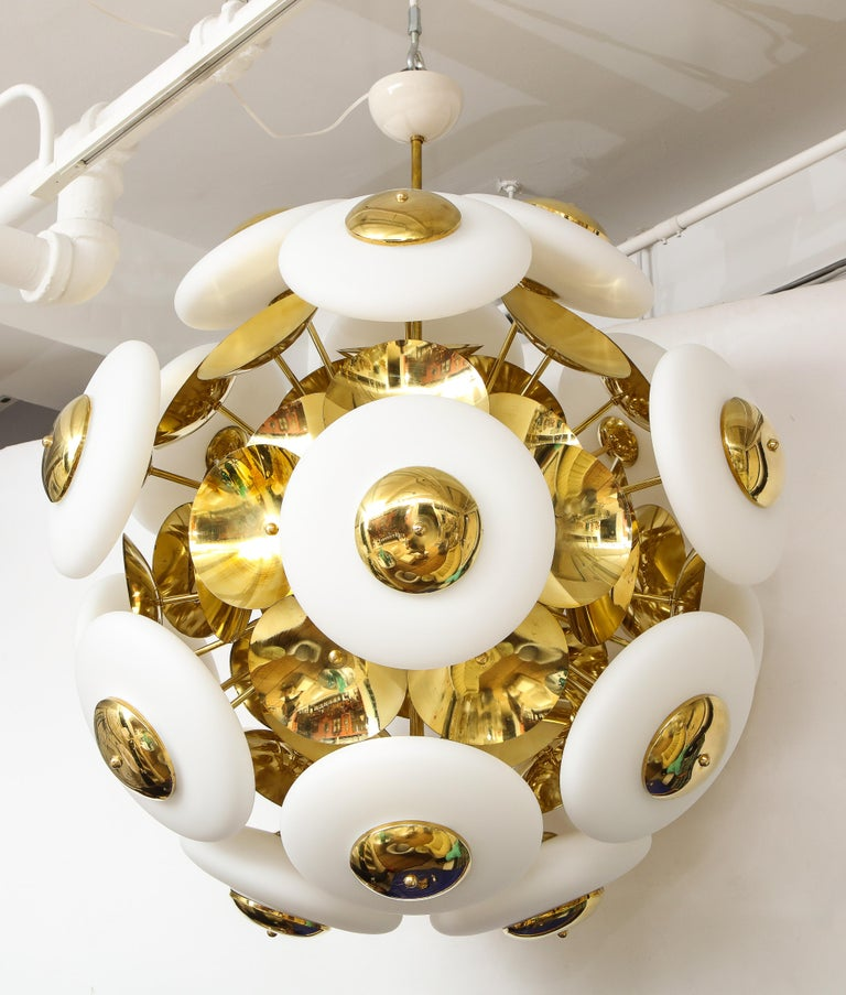 Contemporary Large White Murano Glass and Brass Sphere Sputnik Round Chandelier, Italy For Sale
