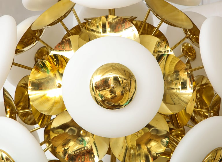 Large White Murano Glass and Brass Sphere Sputnik Round Chandelier, Italy For Sale 1