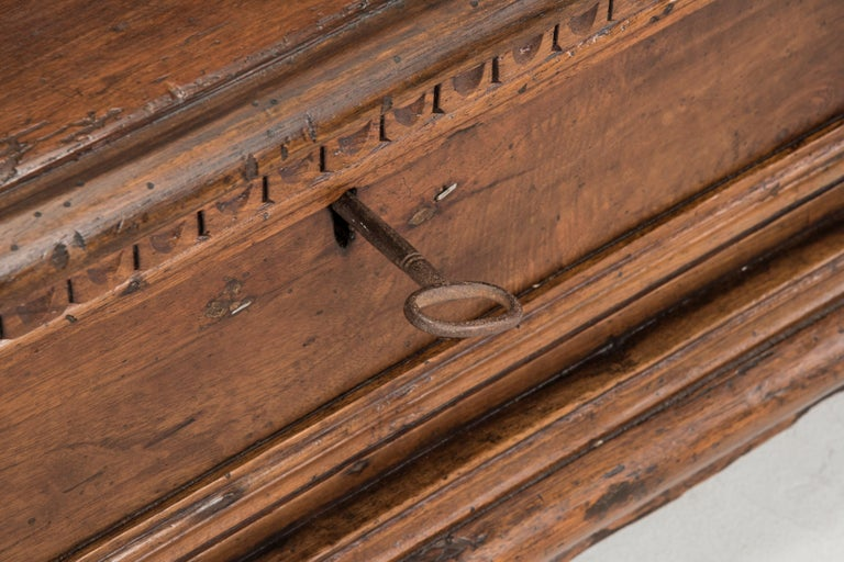 Late 16th Century Walnut Wood Chest In Good Condition For Sale In Milano, IT