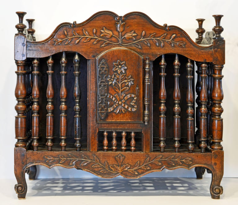 Late 18th Century French Provincial Carved and Turned Walnut Panetiere In Good Condition For Sale In Ft. Lauderdale, FL
