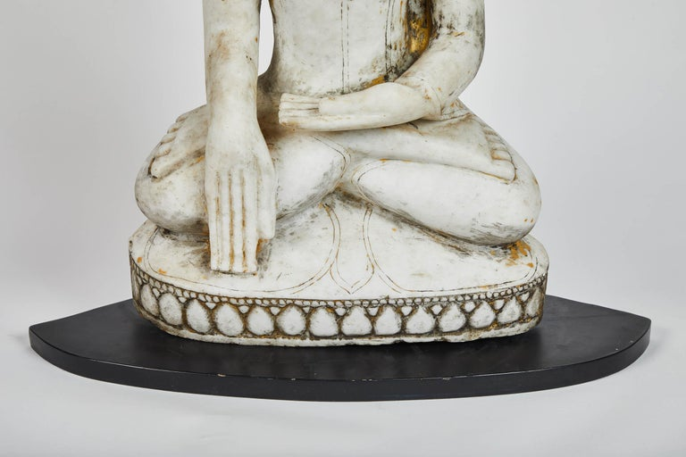 Late 18th Century White Alabaster Carved Ava Style Buddha Statue In Good Condition For Sale In South Pasadena, CA