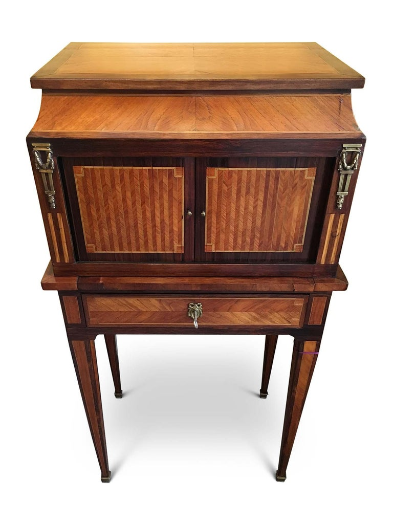 Superb quality Bonheur De Jour Quarter veneered top and sides with satinwood stringing. Two finely inlaid doors with herring bone pattern and symmetrical satinwood stringing, flanked by brass mounts, the inner fitted with pigeon hole and two small