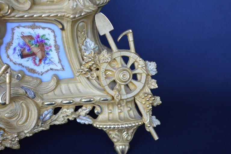 Late 19th Century French Gilt and Ormulu Mantel Clock In Good Condition For Sale In Los Angeles, CA