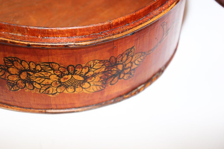 Late 19th Century Red Lacquer Chinese Picnic Basket For Sale 5