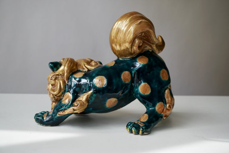 Glazed Porcelain Japanese Lion Foo Dog In Good Condition For Sale In Antwerp, BE