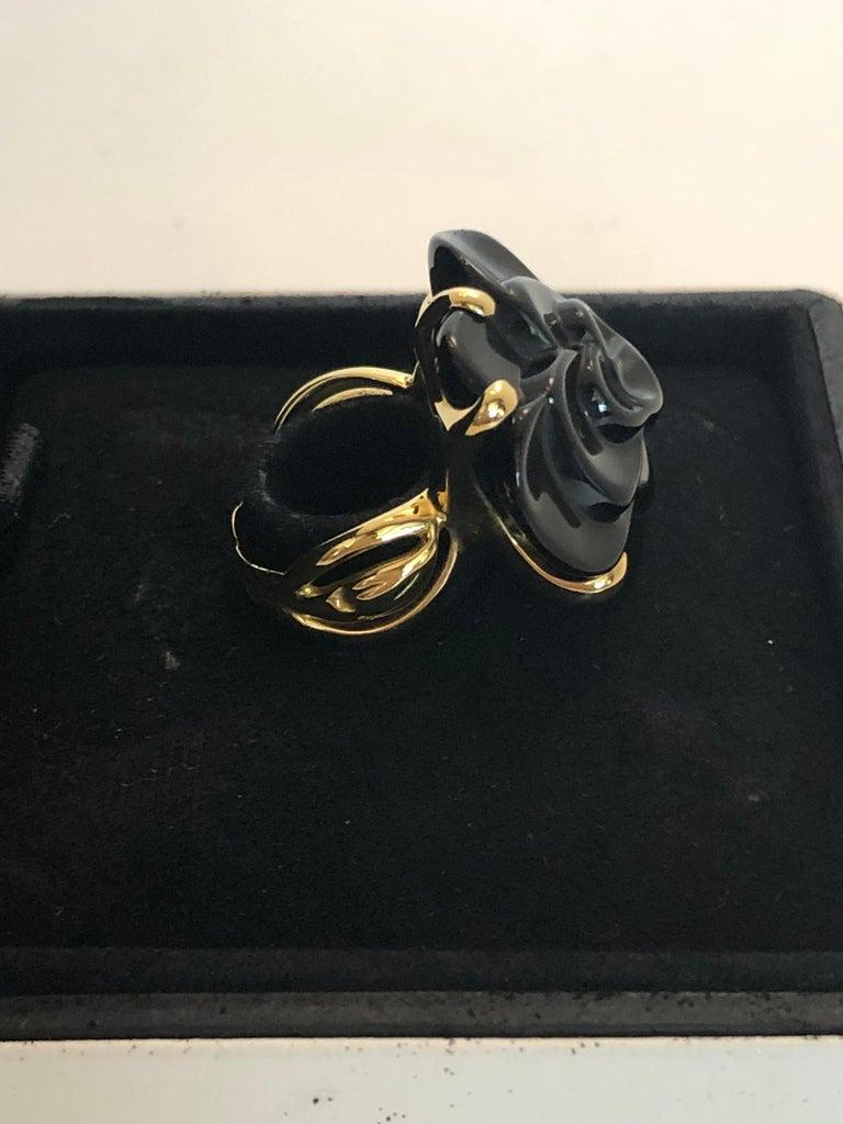 Stamped Chanel Black Onyx and 18-Karat Gold Camellia Cocktail Ring For Sale 4