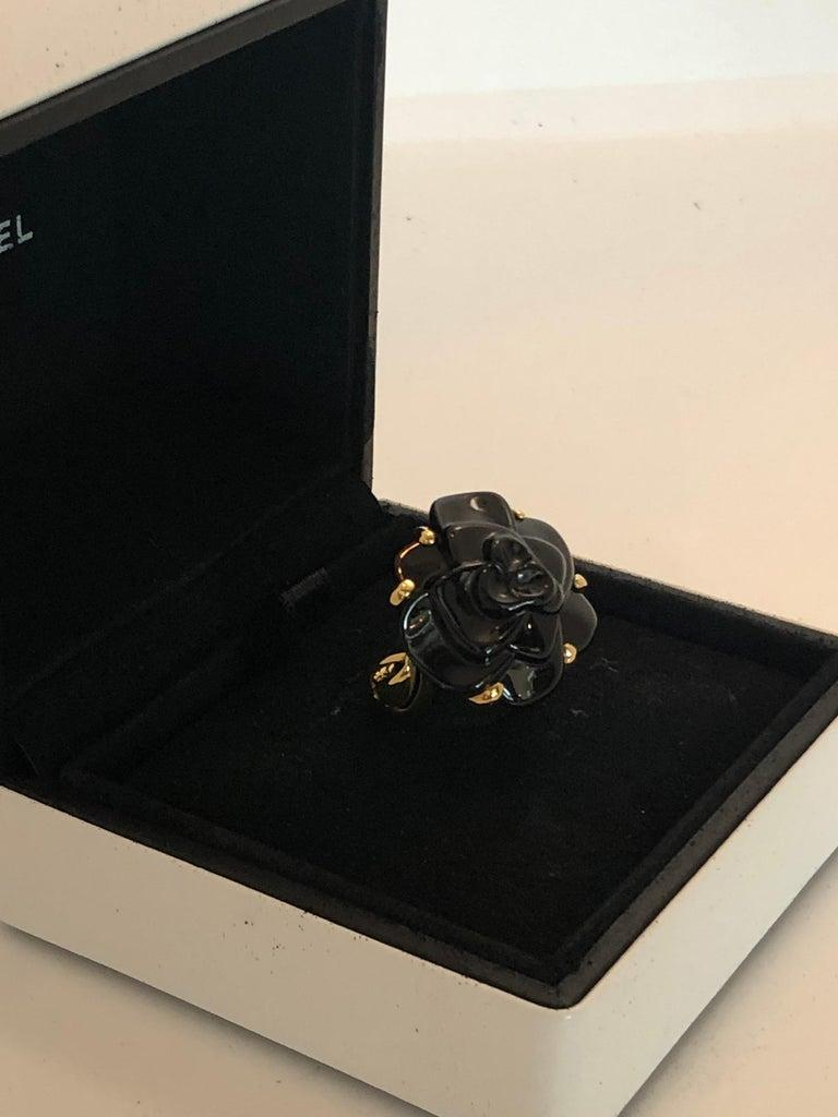 Stamped Chanel Black Onyx and 18-Karat Gold Camellia Cocktail Ring For Sale 3