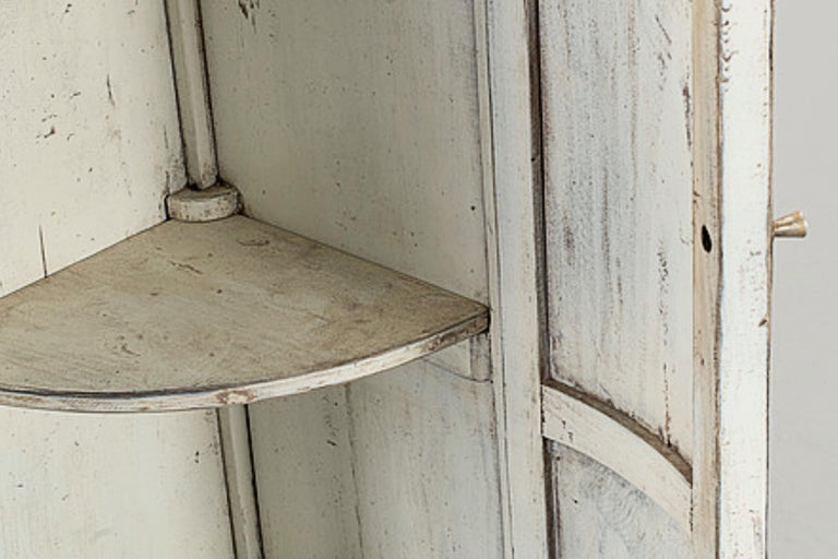 Late Gustavian Pair of Corner Cupboard Bookcase Cabinets In Good Condition For Sale In Barcelona, Spain