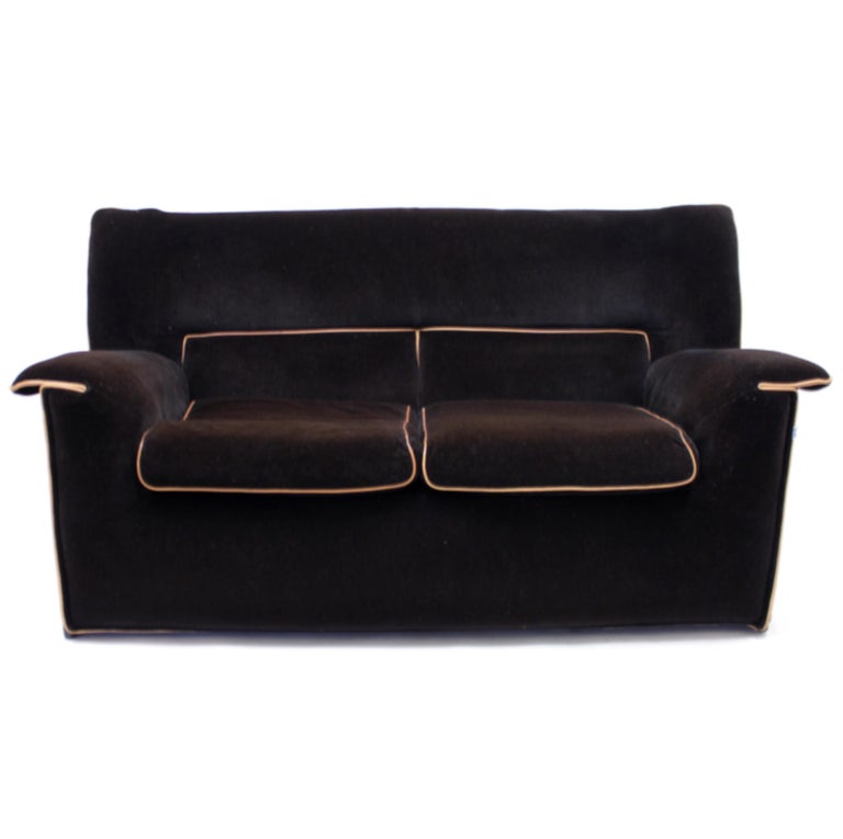 Lauriana 2-seat sofa designed by Afra & Tobia Scarpa in 1978 for Italian luxury manufacturer B&B Italia. Dark chocolate brown removable velvet upholstery with light brown piping. Mounted on a metal frame with plastic feet. Two loose seating