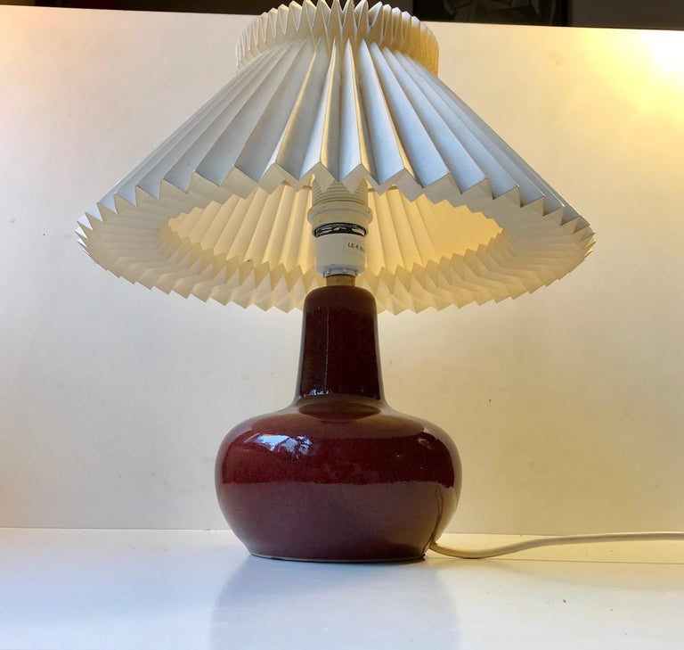 Le Klint Ceramic Table Lamp with Oxblood Glaze by Ole Bøgild, 1970s In Good Condition For Sale In Esbjerg, DK