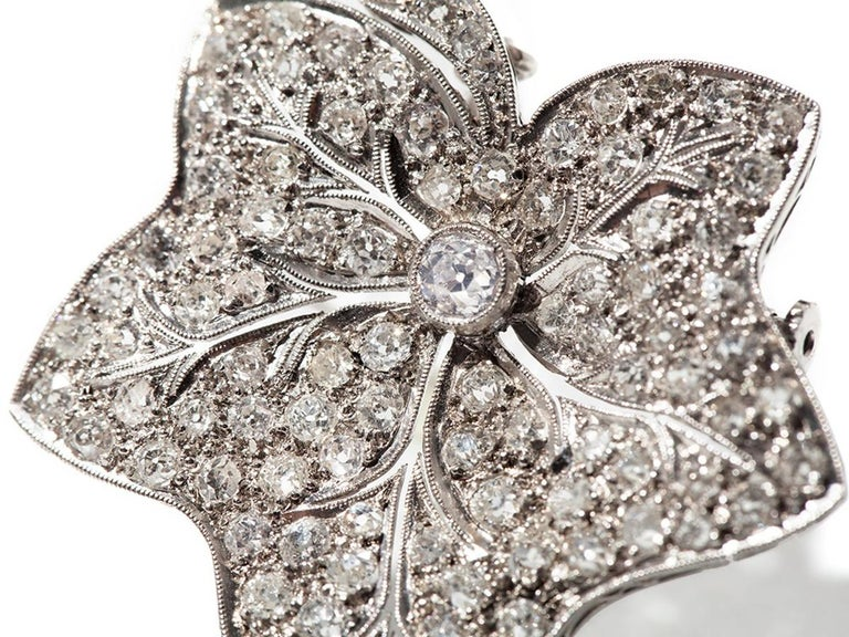 Leaf-shaped brooch mounted in platinum with circa 91 diamonds overall approximately 3,20 carat. Total weight 10,46 grams. That can also be worn as a pendant. Measurements: 1.5 x 1.46 in ( 3,8 x 3,7 cm )