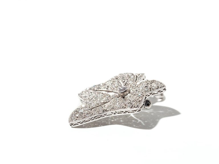 Leaf-Shaped Diamond Platinum Brooch/Pendant In Excellent Condition For Sale In Berlin, DE