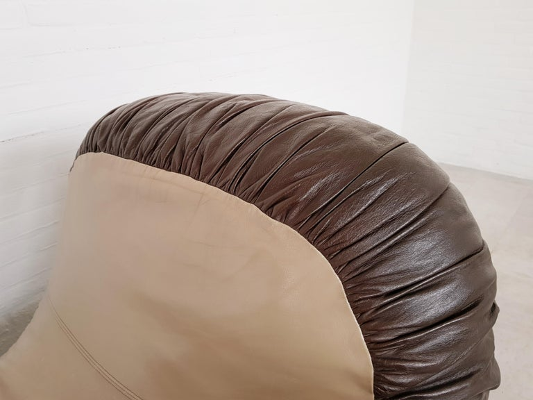 De Sede, DS 2878 chaise longue boxing glove, circa 1970-1975. This large chaise lounge boxing glove is designed by the Desede design team. Upholstered in a two toned leather upholstery, beige and brown. This chair is part of the older