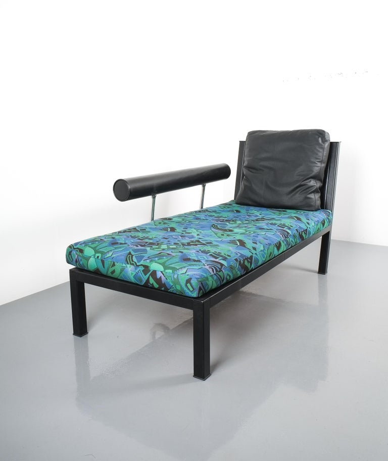 Leather chaise lounge Baisity by Antonio Citterio for B&B Italy, 1982. Elegant chaise longue featuring a leather upholstered steel-frame and backrest, a black leather cushion and a multicolored pattern cushion from the 1980s. Stunning polished