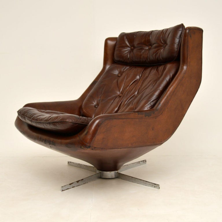 A fabulous and very large vintage leather swivel armchair. This dates from around the 1960-70's.  It has generous proportions, and is super comfortable to relax in. The quality of build is excellent, and it's in very good condition for its age.