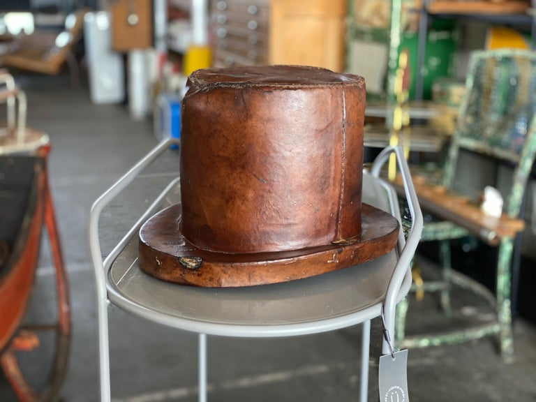 Leather Hat Box for Cylinders, Early 19th Century In Distressed Condition For Sale In Hamburg, DE