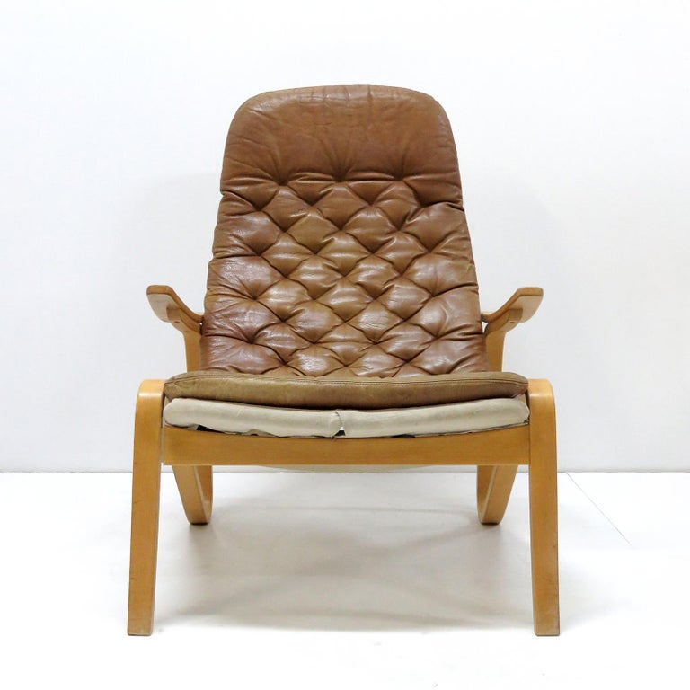 Wonderful leather lounge chair 'Metro' by Sam Larsson for DUX, Sweden, 1970, in cognac colored leather on a canvas covered birch bentwood frame, in good original condition with some patina and wear to the front of the leather seat due to age and
