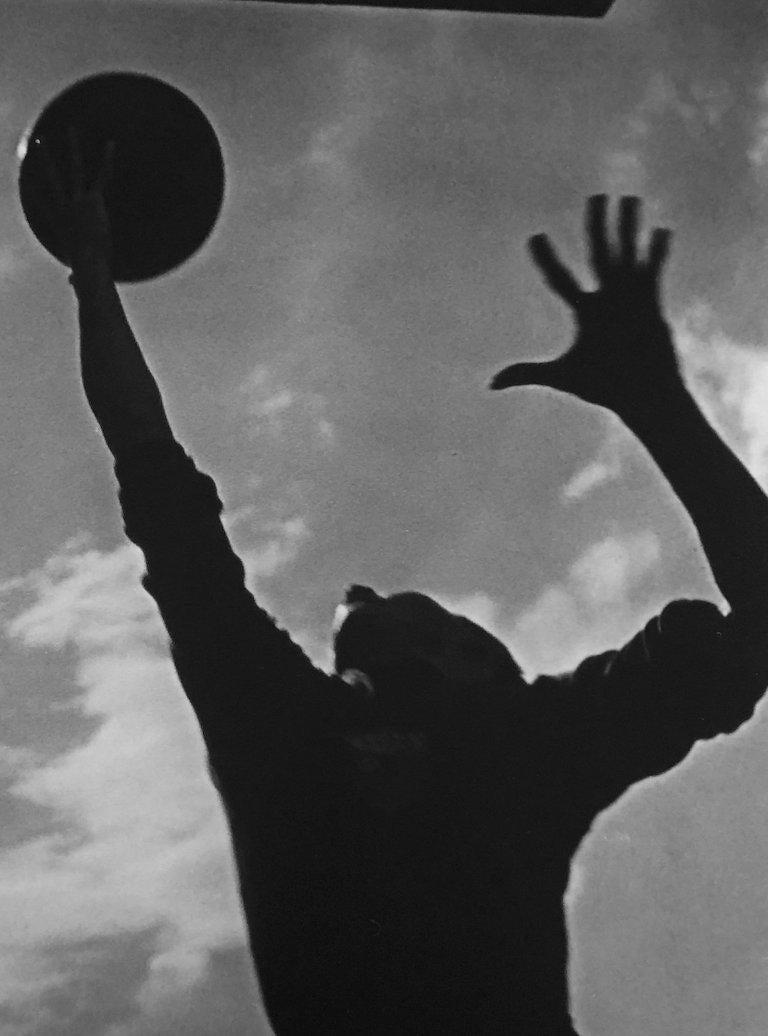 Basketballspieler, Silver Gelatin Print - Modern Photograph by Leni Riefenstahl
