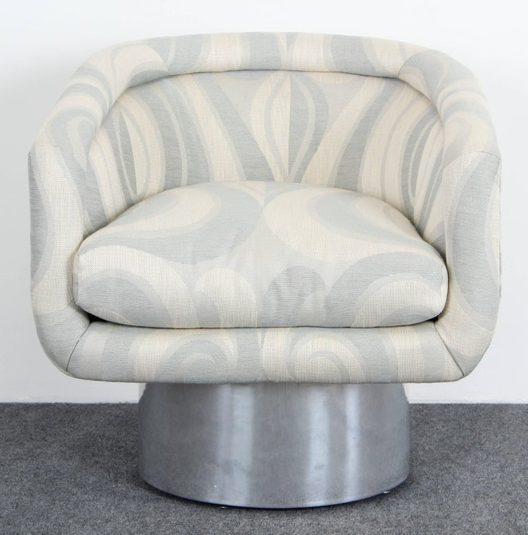 A stunning Leon Rosen for Pace Swivel lounge chair, circa 1970s. The pedestal base is made of polished solid aluminium. The fabric and aluminium are in very good condition. Two pairs are also available.