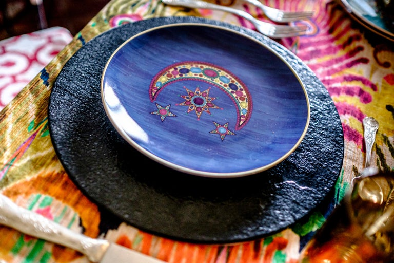 Matthew Williamson one of the most well-known fashion designer has created a tabletop and textile collection for Les-Ottomans. Colors is a must in all Williamsons' designs as well as the peacock's references that are revealed in several new and