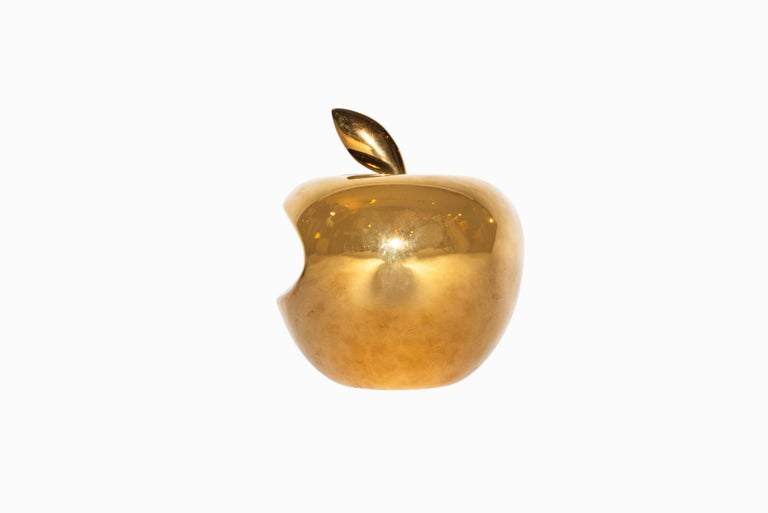 Li Lihong (born in 1970), Golden Apple-China, enamelled porcelain signed and numbered under the base counter signed in pinyin,  Galerie Loft edition, Paris, 300 copies. Chine, circa 2010. Measures: Height 19 cm, diameter 16 cm.