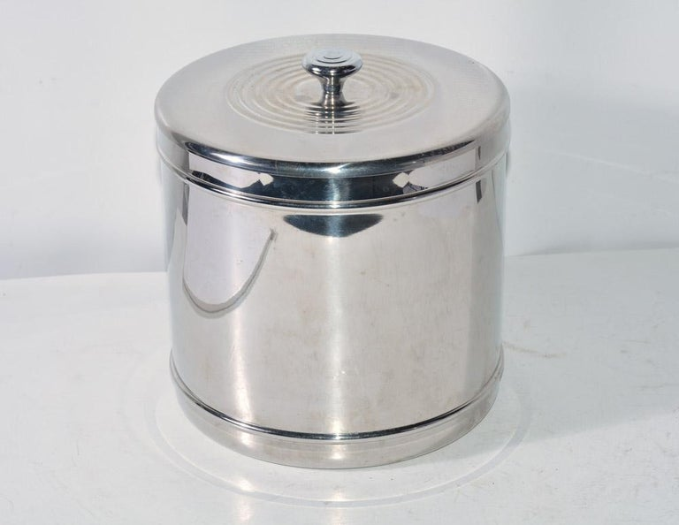 Modern lidded silver toned Ice bucket. Double as wine or champagne cooler with the lid removed. In very good condition. Measures: approx 8.5 inches tall x 8 inches in diameter.