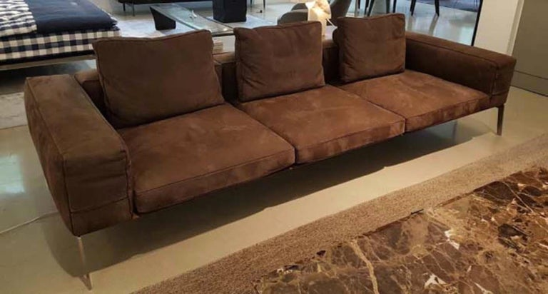 This lifesteel sofa expresses a light, straightforward aesthetic complemented by generous, inviting proportions. The amply-sized rectangular armrest provides visual impact while its height, perfectly aligned with that of the seat back, conveys