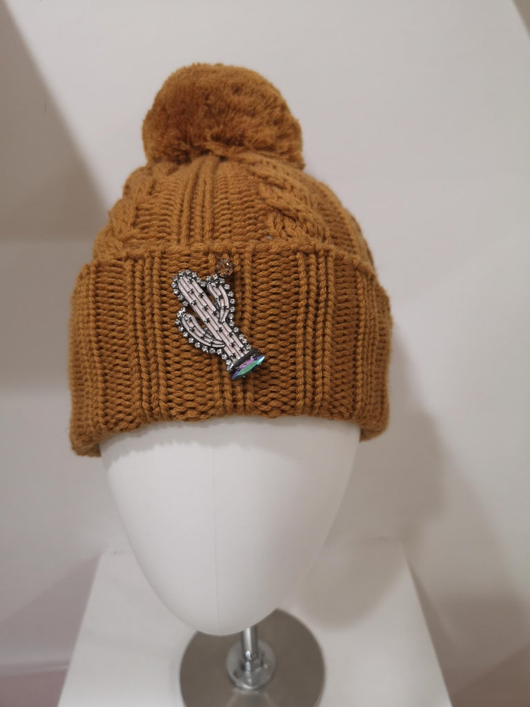 Light brown wool cactus brooch hat For Sale 3