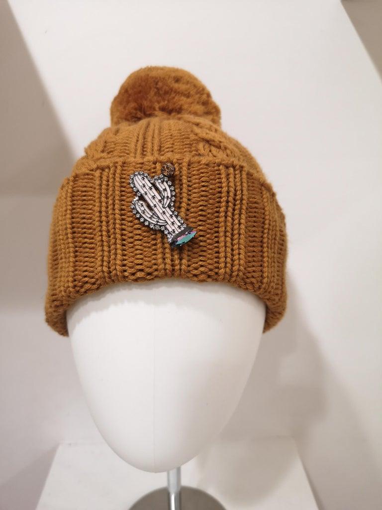 Light brown wool cactus brooch hat For Sale 4